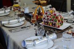 Ajuste da tabela do Natal com casa de pão-de-espécie Fotografia de Stock Royalty Free