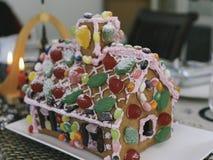 Ajuste da tabela do Natal com casa de pão-de-espécie Imagens de Stock Royalty Free