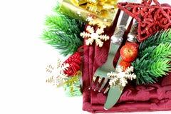 Ajuste da tabela do Natal com decorações festivas Fotografia de Stock Royalty Free