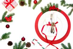 Ajuste da tabela do Natal com dishware branco, pratas e as decorações vermelhas no branco Vista superior Copie o espaço fotografia de stock