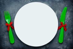 Ajuste da tabela do Natal com a placa e a cutelaria brancas vazias fotografia de stock royalty free