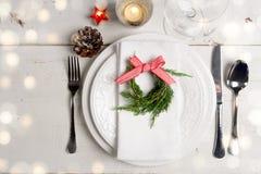 Ajuste da tabela do Natal com pouca grinalda imagens de stock royalty free