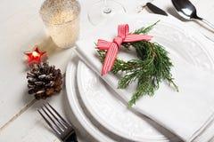 Ajuste da tabela do Natal com pouca grinalda fotografia de stock