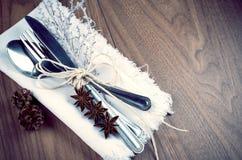 Ajuste da tabela do Natal, conceito do menu do Natal no tom da prata, o marrom e o branco da cor na tabela de madeira com espaço  Fotografia de Stock Royalty Free