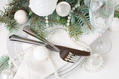 Ajuste da tabela do Natal, decoração da tabela no branco Fotos de Stock Royalty Free