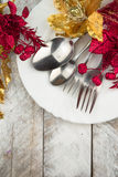 Ajuste da tabela do Natal no ouro e tom vermelho na tabela de madeira Fotografia de Stock