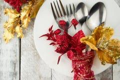 Ajuste da tabela do Natal no ouro e tom vermelho na tabela de madeira Fotografia de Stock Royalty Free