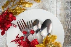 Ajuste da tabela do Natal no ouro e tom vermelho na tabela de madeira Imagens de Stock Royalty Free