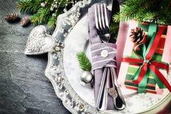Ajuste da tabela do Natal no tom de prata com caixa de presente Foto de Stock