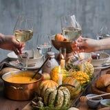Ajuste da tabela do outono com abóboras Jantar da ação de graças e decoração da queda Fotografia de Stock
