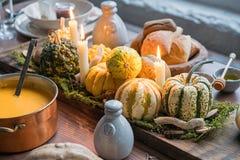Ajuste da tabela do outono com abóboras Jantar da ação de graças e decoração da queda Fotos de Stock