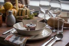 Ajuste da tabela do outono com abóboras Jantar da ação de graças e decoração da queda Foto de Stock