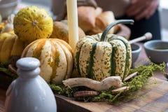 Ajuste da tabela do outono com abóboras Jantar da ação de graças e decoração da queda Imagens de Stock Royalty Free
