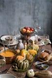 Ajuste da tabela do outono com abóboras Jantar da ação de graças e decoração da queda Foto de Stock Royalty Free