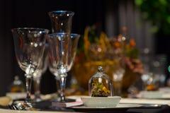 Ajuste da tabela do partido, vinho e vidros do champanhe, petisco gourmet, interior do restaurante, jantar de Natal fotografia de stock royalty free