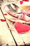 Ajuste da tabela do Valentim do St com decorações festivas Fotos de Stock