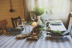 Ajuste da tabela do verão no estilo orgânico natural com detalhes feitos a mão em tons verdes e marrons fotografia de stock