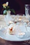 Ajuste da tabela do vintage com rosa do bege Imagens de Stock Royalty Free