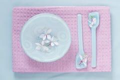Ajuste da tabela na cor-de-rosa e no azul Foto de Stock Royalty Free