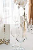 Ajuste da tabela no restaurante com flor da orquídea imagens de stock