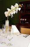 Ajuste da tabela no restaurante com flor da orquídea imagem de stock royalty free
