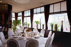 Ajuste da tabela no restaurante Tabela, fruto e vidros brancos da música do copo de água Foto de Stock