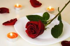 Ajuste da tabela para o jantar romântico da luz de vela Fotos de Stock Royalty Free
