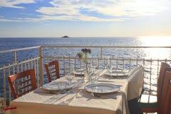 Ajuste da tabela pelo mar Foto de Stock Royalty Free