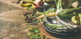 Ajuste da tabela da queda com alimento sazonal para a celebração do dia da ação de graças Imagens de Stock Royalty Free