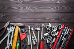 Ajuste das auto ferramentas na bancada de madeira escura Copie o espaço foto de stock royalty free