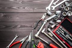 Ajuste das auto ferramentas na bancada de madeira escura Copie o espaço imagem de stock royalty free