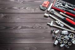Ajuste das auto ferramentas na bancada de madeira escura Copie o espaço fotografia de stock