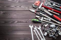 Ajuste das auto ferramentas na bancada de madeira escura Copie o espaço foto de stock
