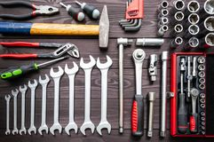 Ajuste das auto ferramentas na bancada de madeira escura foto de stock royalty free