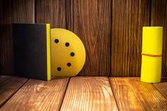 Ajuste das ferramentas abrasivas para moer no fundo da madeira velha fotografia de stock