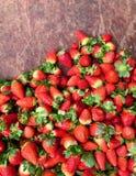 Ajuste das morangos no mercado fotografia de stock royalty free