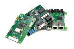Ajuste das placas de circuito impresso eletrônicas com microchip, diodo emissor de luz e outros componentes, vista angular, isola fotos de stock