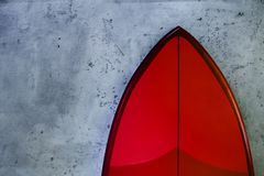 Ajuste das placas de ressaca novas à moda vermelhas no fundo concreto imagens de stock