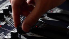 Ajuste de ajustes de EQ en un pedal de la guitarra almacen de metraje de vídeo