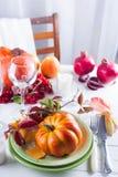 Ajuste de Autumn Halloween o de la tabla del día de la acción de gracias Hojas caidas, calabazas, especias, placa vacía y cubiert imágenes de archivo libres de regalías