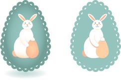 Ajuste de duas imagens estilizados do coelhinho da Páscoa no fundo da silhueta do ovo com borda do laço ilustração do vetor