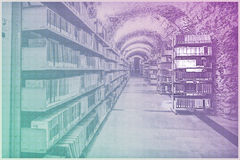 Ajuste de la biblioteca con los libros y el material de lectura Fotos de archivo libres de regalías
