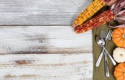 Ajuste de la cena de la acción de gracias en la tabla blanca rústica con colorido Imagen de archivo libre de regalías