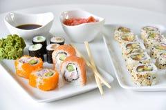 Ajuste de la cena de los rollos de sushi fotos de archivo libres de regalías