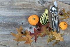 Ajuste de la cena para el Día de Acción de Gracias de la caída en BO de madera rústica Foto de archivo libre de regalías