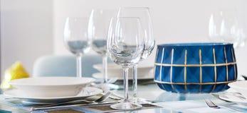 Ajuste de la cita de tabla en el vino del restaurante o vidrios y placas frágiles de agua fotografía de archivo