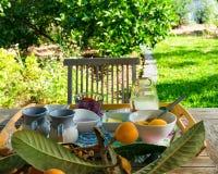 Ajuste de la comida del desayuno en un jardín en mañana soleada Imagenes de archivo