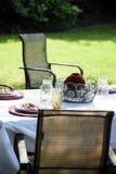Ajuste de la mesa de picnic en patio trasero en verano Fotografía de archivo libre de regalías