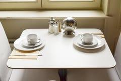Ajuste de la mesa de desayuno y preparado Foto de archivo libre de regalías