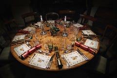 Ajuste de la mesa redonda para la Navidad Imágenes de archivo libres de regalías